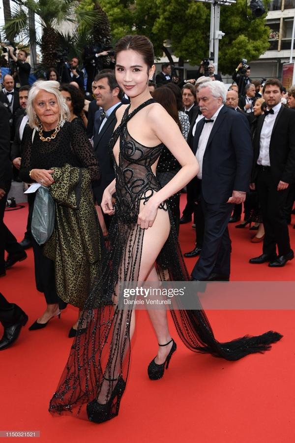 Bộ cánh quá hở hang của Ngọc Trinh khiến nhiều người phải 'đỏ mặt'. Đây có lẽ là trang phục gây sốc vì 'thiếu vải' nhất từ những ngày đầuLHP Cannes 2019diễn ra cho đến hiện tại.