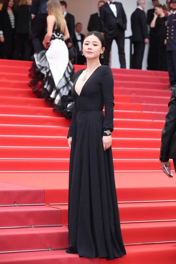 Nữ diễn viên xứ TrungMã Tư Thuần lựa chọn cho mình bộ cánh đen khá đơn giản nhưng lại có chi tiết xẻ ngực sâu quyến rũ.
