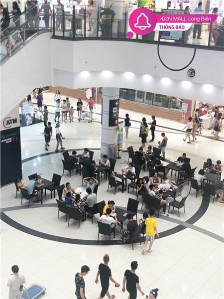 Mới buổi sáng bức ảnh người dân nằm ngồi giữa trung tâm thương mại gây tranh cãi, ngay đầu chiều đã có bàn ghế phục vụ người dân