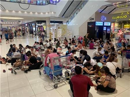 Ảnh hot ngày nắng nóng: Người dân Hà Nội đổ dồn vào trung tâm thương mại nằm ngủ, ăn uống 1