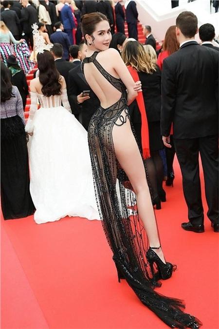 Hình ảnh ăn mặc lố lăng gây tranh cãi của Ngọc Trinh