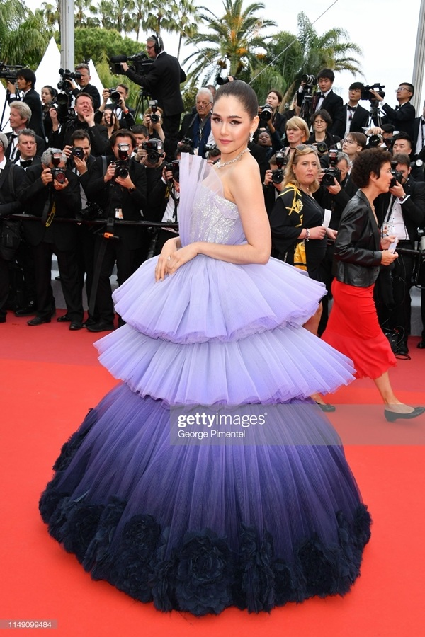 Trong ngày đầu sự kiện, Chompoo 'chặt chém' thảm đỏ với chiếc váy được thiết kế cực kỳ ấn tượng.Bộ cánh khiếnChompoo Arayatrở thành tâm điểm thảm đỏ Cannes ngày đầu tiên chính là một thiết kế đến từ thương hiệu Ralph & Russo.