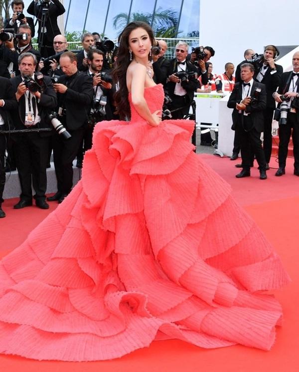 Thiết kế bồng bềnh khiếnSririta Jensen đẹp lộng lẫy như một đóa hồng trên thảm đỏ Cannes 2019.