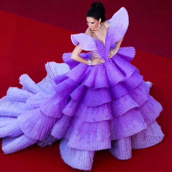 Trong ngày tiếp theo,Sririta Jensen lại xuất hiện trên thảm đỏ Cannes như một đóa hoa lavender mộng mơ khi khoác lên mình chiếc đầm dạ hội phủ tông tím hoành tráng.