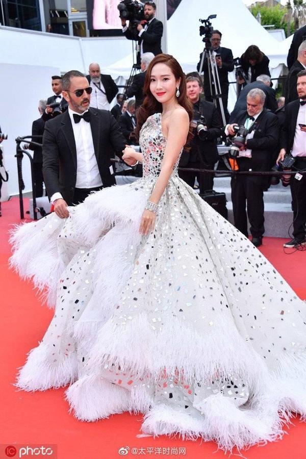 Xuất hiện trên thảm đỏ ngày khai mạc, cô khiến nhiều người phải xuýt xoa với dung mạo kiêu kỳ cùng phong cách lộng lẫy khi diện chiếc đầm trắng muốt.