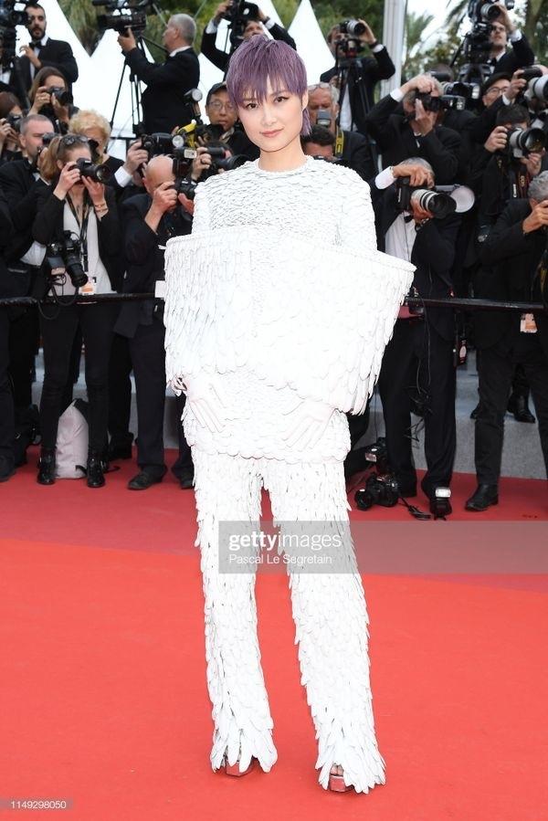 Xuất hiện trên thảm đỏ Cannes ngày thứ 2,Lý Vũ Xuân diện bộ trang phục trắng muốt với thiết kế độc đáo. Bộ cánh với hàng trămchiếc lông chim bạch vũ ở hai phần tay khiến cô nhận được 'cơnmưa' lời khen của truyền thông quốc tế.