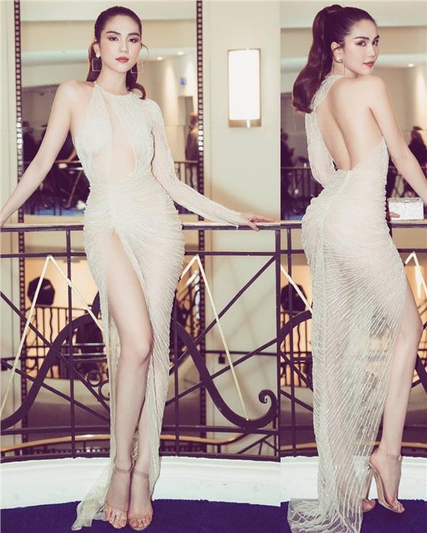 Xét về độ hở, chiếc váy lấp lánh cùng những đường cắt xẻ táo bạo này không thua kém gì so với chiếc váy 'mặc như không mặc' trên thảm đỏ Cannes. Dù vậy, vẫn phải thừa nhận rằng về độ tinh tế, sự khéo léo đính kết các hạt đá lấp lánh để 'đánh lạc hướng' ánh mắt người nhìn của chiếc váy này thật sự rất xuất sắc.