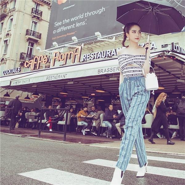 Ngọc Trinh không hề 'điêu' khi thừa nhận rằng bản thân chỉ hở triệt để trên thảm đỏ. Dạo phố phường Pháp lúc Cannes diễn ra, người đẹp sinh năm 1989 thu hút mọi ánh nhìn với set đồ kết hợp giữa Balmain và Fendi cực bắt mắt của mình.