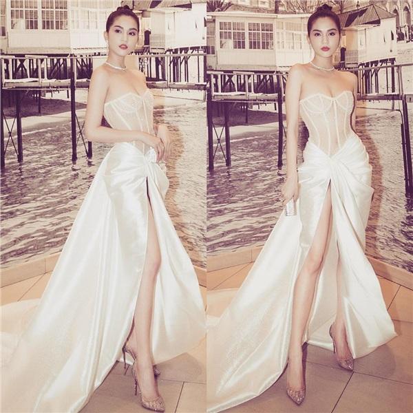 Trong một bữa tiệc thuộc khuôn khổ Cannes khác, Ngọc Trinh trở thành tiêu điểm của sự chú ý khi xuất hiện trong chiếc váy trắng bồng bềnh. Dáng áo kiểu corset, xuyên thấu cùng chân váy xẻ tà khoe chân dài miên man bên dưới giúp người đẹp nhận được nhiều lời khen về thần thái sang chảnh, quyến rũ của mình.