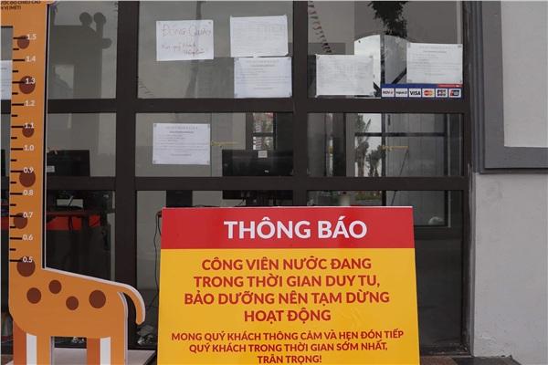 Tấm biển thông báo được đặt trước cửa công viên nước Thanh Hà.