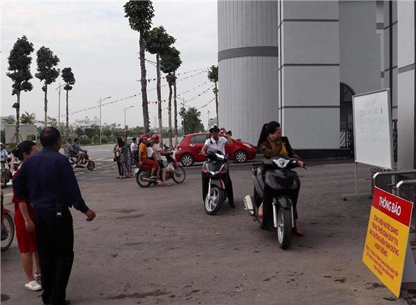 Công viên nước Thanh Hà tạm dừng hoạt động sau sự cố bé trai đuối nước, nhiều gia đình từ xa đến đành quay về 1