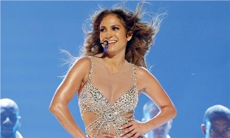 JLo là một trong những trường hợp khó tin nhất làng giải trí. Năm nay đã bước sang tuổi 49 nhưng Jennifer Lopez trông không khác gì một cô gái U30. Nét trẻ đẹp của Jennifer Lopez không chỉ được thể hiện ở gương mặt tươi tắn mà còn tinh thần năng động của nữ nghệ sĩ. Nếu nhìn Jennifer Lopez biểu diễn trên sân khấu, chắc chắn bạn sẽ phải choáng ngợp bởi vũ đạo dẻo dai. Cô cho biết, bí quyết để trẻ lâu là nói không với rượu bia, thuốc lá, hay các chất kích thích khác, đồng thời luyện tập thể dục đều đặn.