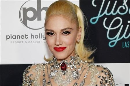 Hơn 30 năm hoạt động nghệ thuật, Gwen Stefani không già đi mà thậm chí còn ngày một trẻ ra. Nữ ca sĩ ghi dấu với mái tóc vàng bạch kim, làn da trắng và đôi môi đỏ chót nổi bật. Đến nay, cô đã là mẹ của 3 đứa con nhưng thực tế thì trông như… chị cả trong gia đình. Gwen Stefani cho biết tình yêu chính là tác động lớn lao giúp cô luôn tươi trẻ.