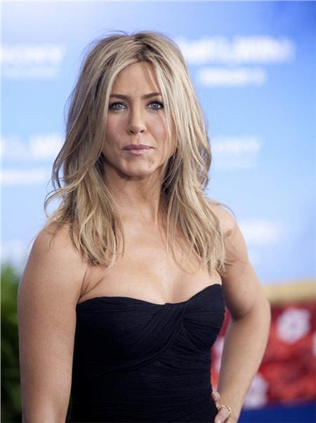 Khi vào vai Rachel trong bộ phim truyền hình nổi tiếng Friends, Jennifer Aniston trở thành 'bạn của mọi nhà'. Kể từ đó đến nay, sau 15 năm, nhan sắc của Jennifer Aniston không hề đổi thay là bao. Bóng hồng nước Mỹ đã từng được trao danh hiệu 'người phụ nữ quyến rũ nhất hành tinh' bởi tạp chí Men's Health và được People bình chọn là 'nữ nghệ sĩ đẹp nhất thế giới'.