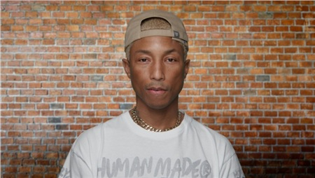 Khi biết được nhà sản xuất âm nhạc Pharrell Williams đã 46 tuổi, người hâm mộ có chút hoảng hốt không hề nhẹ. Dù bận rộn trong nhiều vai trò, từ sáng tác nhạc, ca hát tới thời kế thời trang, kinh doanh giải trí, nhưng Pharrell Williams không để áp lực công việc ảnh hưởng tới ngoại hình. Khi đặt những bức hình của Pharrell qua các thời kỳ, khán giả khó có thể đoán được số tuổi chính xác của anh bởi bao năm trôi qua thì anh chàng trông vẫn trẻ như vậy.