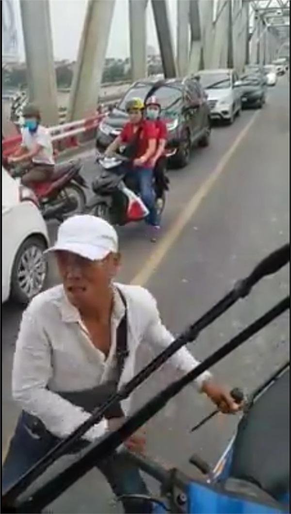 Khi tài xế xe buýt từ chối lùi xe, đối tượng rút vũ khí để hành hung tài xế.