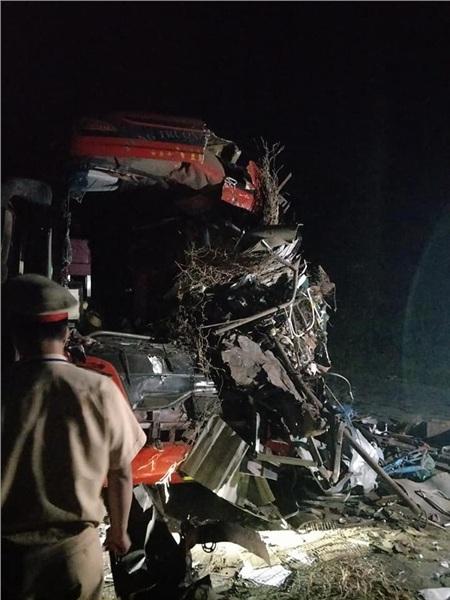 Hiện trường vụ tai nạn kinh hoàng khiến 3 người tử vong, 38 người bị thương ở Hòa Bình 2