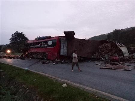 Hiện trường vụ tai nạn kinh hoàng khiến 3 người tử vong, 38 người bị thương ở Hòa Bình 5