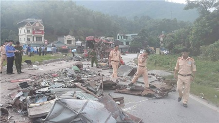 Hiện trường vụ tai nạn kinh hoàng khiến 3 người tử vong, 38 người bị thương ở Hòa Bình 16