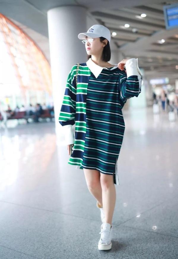 Trong lần xuất hiện ở sân bay gần đây, Victoria diện chiếc váy 25 triệu của nhà mốt Monse. Vì phải ngồi chuyến bay dài sau đó nên Victoria không quá cầu kỳ trong cách ăn mặc, cô chỉ thả suông dáng váy để thoải mái, mix thêm kính mắt và mũ để tăng phần 'ngầu' hơn.