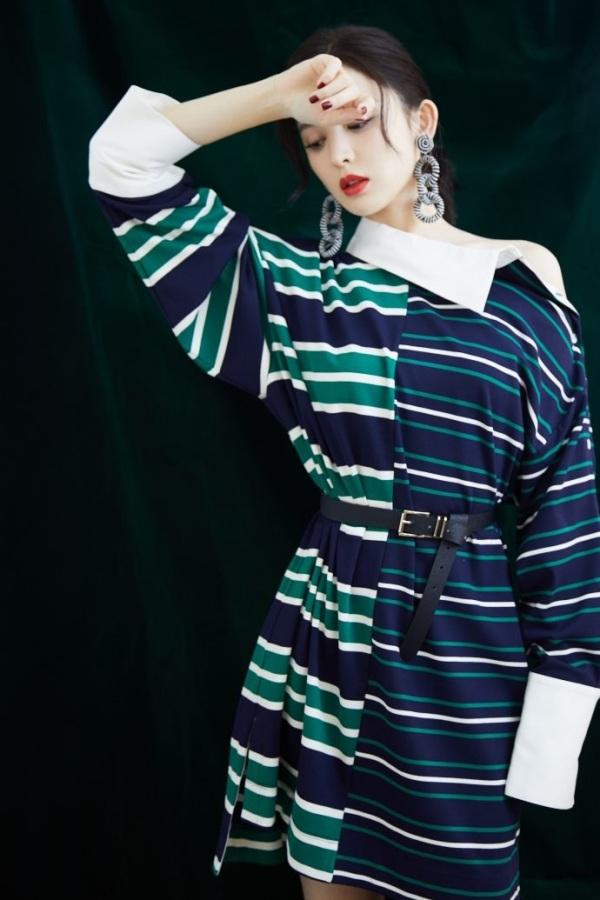 Không có so sánh thì không có đau thương. Sẽ chẳng ai chê Victoria diện đồ như váy Taobao rẻ tiền nếu cô nàng không đụng hàng với Cổ Lực Na Trát. Chỉ với một chiếc thắt lưng vắt ngang váy, Cổ Lực Na Trát đã 'knock-out' đàn em một cách dễ dàng.