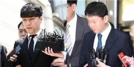 Seungri và Yoo In Suk bị phóng viên Hàn vây quanh.
