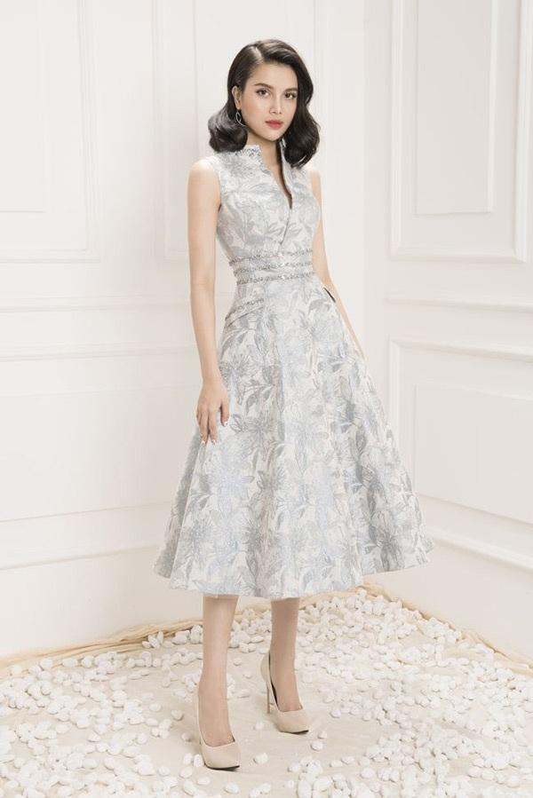 Không chỉ mang vẻ đẹp ngọt ngào, Diệu Thùy còn chinh phục mọi ánh nhìn với những mẫu váy xòe midi cổ điển kết hợp cùng những chi tiết thiết kế hiện đại càng tôn lên sự sang trọng và quý phái cho người đẹp.