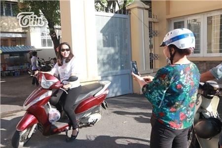 Lúc hầu hết các thí sinh đã vào phòng thi, hai bà mẹ đã tranh thủ chụp ảnh check-in ngay tại cổng như thế này