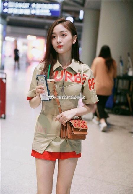 Jisoo (Black Pink) 'xử đẹp' cả mỹ nhân thế hệ mới của Trung Quốc lẫn Cardi B khi mặc đụng hàng 4