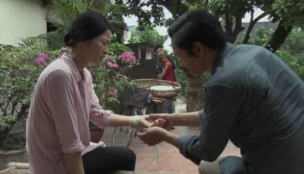 'Về nhà đi con': Ông Sơn bị con trai bà bán hoa xúc phạm 'già mà không nên nết' 0
