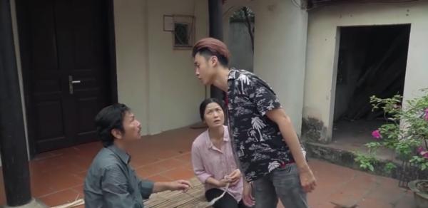 Ông Sơn đang xem lại vết thương trên tay bà Hạnhthì Quang từ đâu về 'xồn xồn' đẩy ông ra