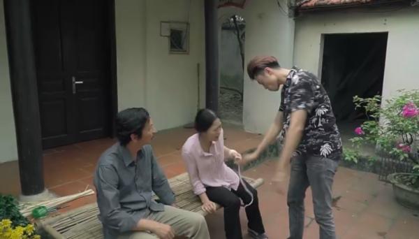 Nghe đến đây, bà Hạnh địnhđưa tay tát thì Quang dùng sứcđẩy bà ngã.