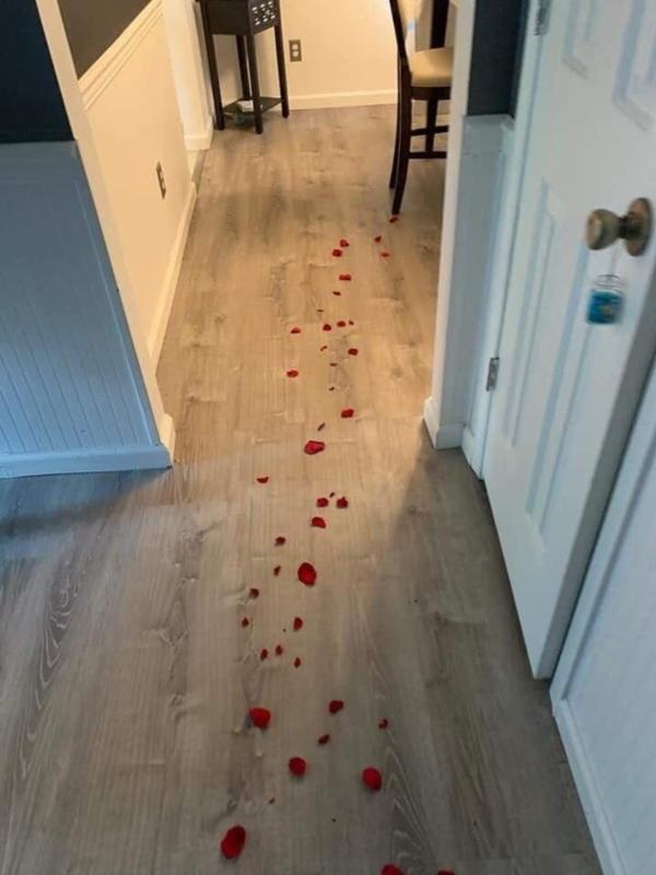 Theo dấu hoa hồng để nhận quà lãng mạn từ vợ, chồng không thốt nên lời khi nhìn thấy kết quả 1