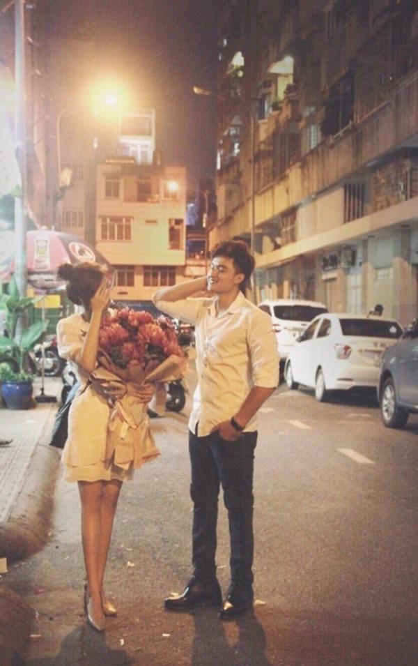 Thiên Nguyện đăng hình mình và Cẩm Tú. Có thể thấy, Cẩm Tú đang cầm trên tay bó hoa của chương trình Người ấy là ai?.
