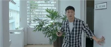 Gương mặt thoáng hốt hoảng của Thái khi bắt gặp 2 cô gái mình yêu đứng nói chuyện ngay dưới nhà mình.