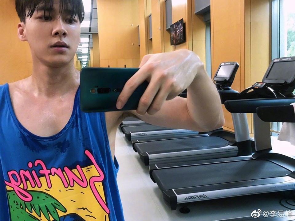 Lý Dịch Phong trêu đùa fan với bức ảnh đang trong phòng tập gym và người đầy mồ hôi kèm dòng trạng thái: 'Hôm nay trông anh như thế này thì có muốn ôm không?'