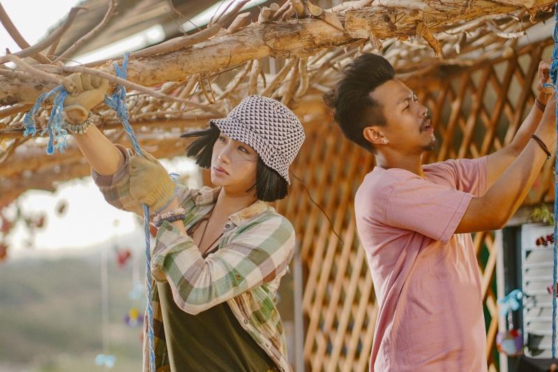 Huyme ôm đàn ca hát cùng các học trò trong MV nhạc phim 'Anh thầy ngôi sao' 1