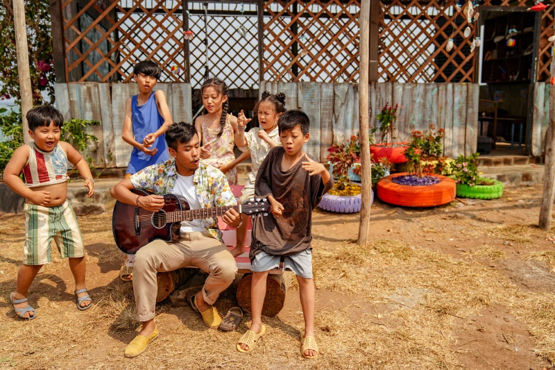 Huyme ôm đàn ca hát cùng các học trò trong MV nhạc phim 'Anh thầy ngôi sao' 2