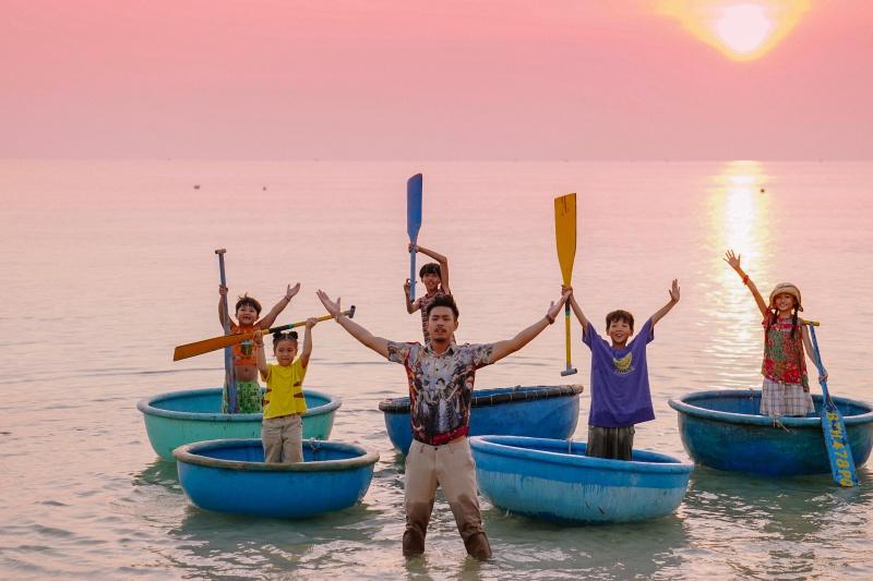 Huyme ôm đàn ca hát cùng các học trò trong MV nhạc phim 'Anh thầy ngôi sao' 4