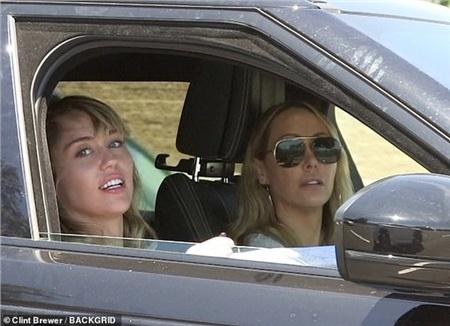 Bị gia đình phản đối, Miley Cyrus vẫn đưa Kaitlynn Carter về ra mắt mẹ 1