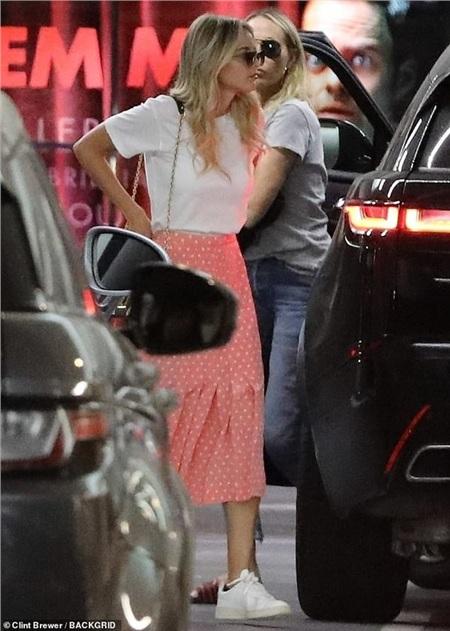 Đi cùng 2 mẹ con Miley là nữ tình nhân gợi cảmKaitlynn Carter.