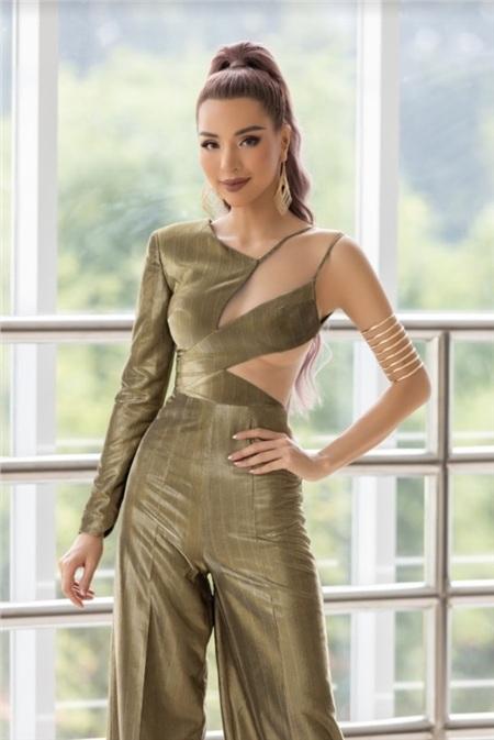 Nếu như ở lần xuất hiện trước đó, Khả Trang nóng bỏng theo kiểu nữ quyền, đầy cá tính và mạnh mẽ với trang phục kiểu cut-out táo bạo…