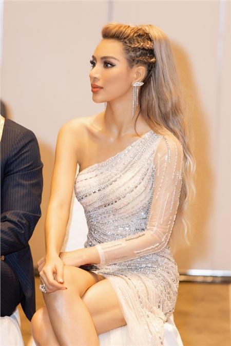 Trái lại, Khả Trang biết cách tôn vẻ đẹp của thiết kế khoác lên người, đồng thời cũng không để nhan sắc của mình bị 'dìm' bởi thân hình hay chiếc váy lấp lánh.
