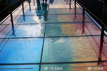 Các tấm kính phản quang đầy màu sắc như dài cầu vồng của cây cầu.