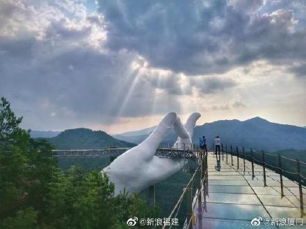 Khi càng bước lên cao, khách du lịch như có cảm giác sắp chạm tay tới mây trời, như lạc vào chốn bồng lai tiên cảnh.