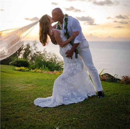 The Rock chính thức 'theo vợ bỏ cuộc chơi' với đám cưới lãng mạn tại Hawaii! 1