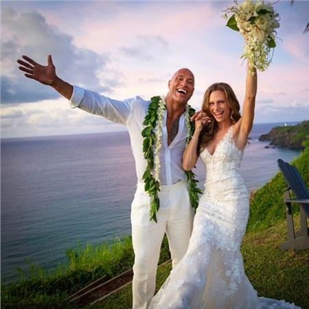 The Rock chính thức 'theo vợ bỏ cuộc chơi' với đám cưới lãng mạn tại Hawaii! 2