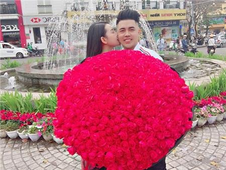 Cô gái trao nụ hôn lãng mạn cho bạn trai sau khi nhận món quà lãng mạn