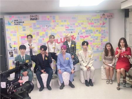 Ngay cả trong lúc ghi hình phỏng vấn của truyền thông Hàn Quốc, Zero 9 trông vẫn thoải mái, nổi bật.