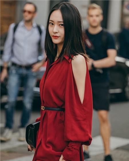 Gương mặt xinh đẹp hiếm có cộng với thân hình chuẩn và gu thời trang thường ngày thanh lịch, cuốn hút giúp Krystal ngày càng đẳng cấp và cuốn hút hơn